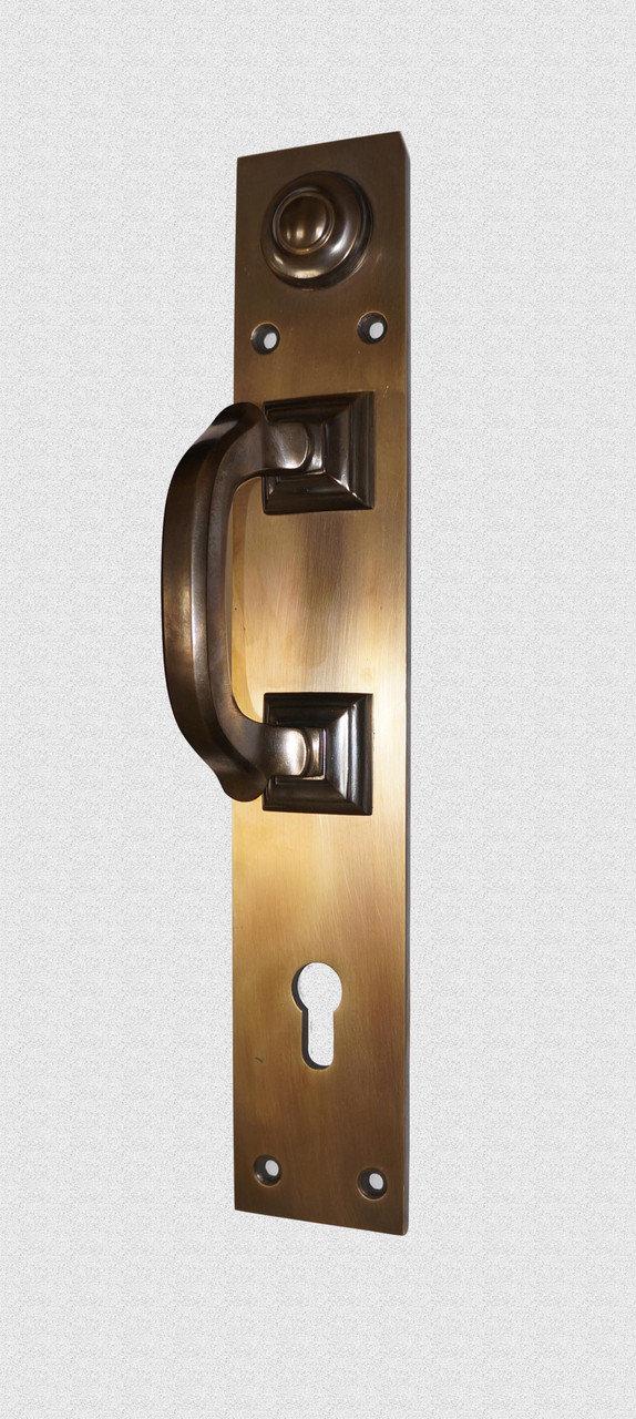 Дверная ручка Скоба на пластине с ключевиной в темной патине, арт: 01-023П